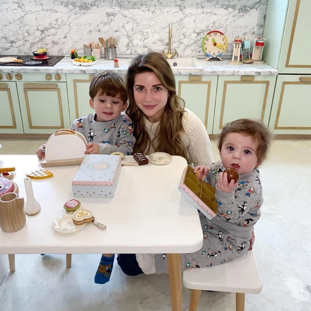 УГалины двое детей— сыновья Толя иАркаша. Первенца наследница знаменитой фамилии родила вапреле 2016 года. Второй ребенок появился насвет вмарте прошлого года.