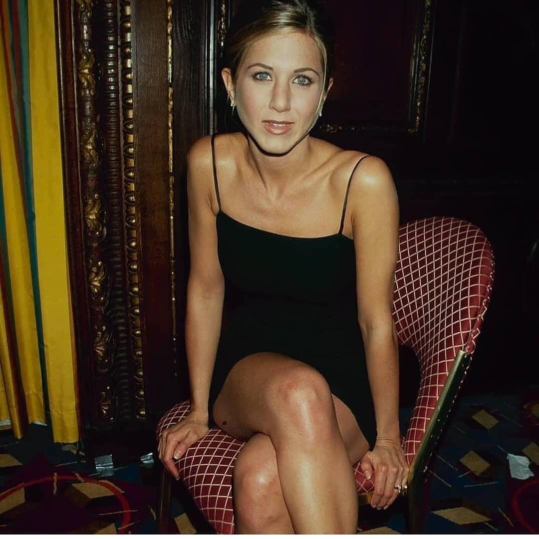 Пока исполнительница роли Рэйчел впопулярном сериале «Друзья» страдала от разрыва, Джоли забеременела первым ребенком от Питта. Об этом в 2006 году счастливая актрисасообщила прессе.