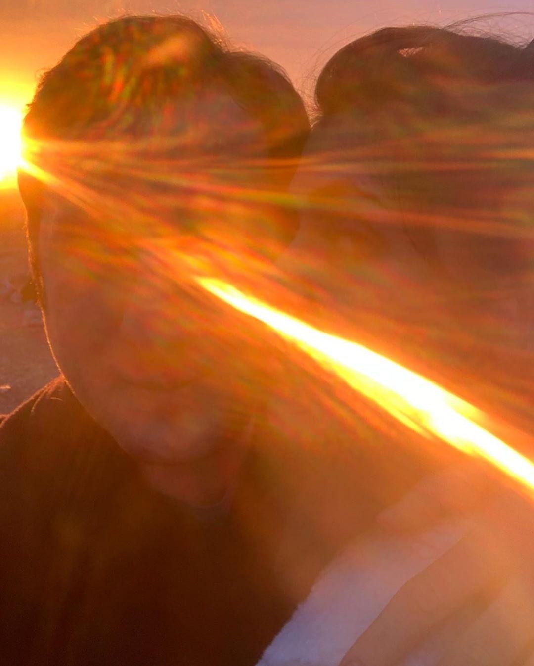 Второй снимок в«фотокарусели» был сделан недавно. Нанем пара «утопает» влучах солнца ивобъятиях друг друга.