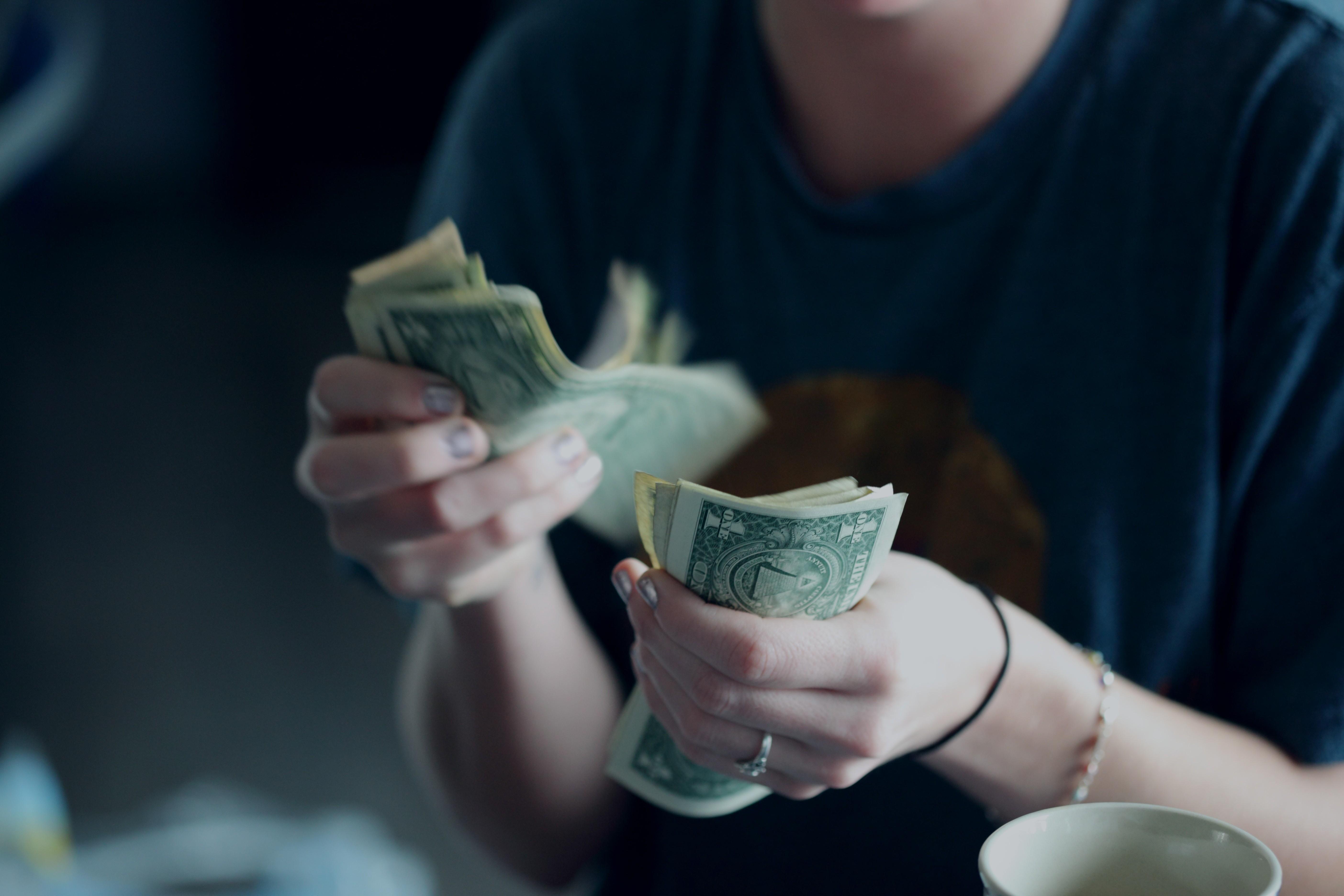 Транжиры и скряги: как знаки Зодиака тратят деньги