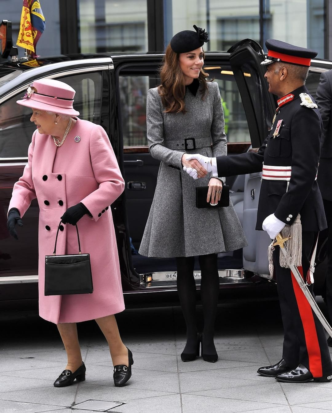 Кейт Миддлтон впервые вышла всвет скоролевой Елизаветой II