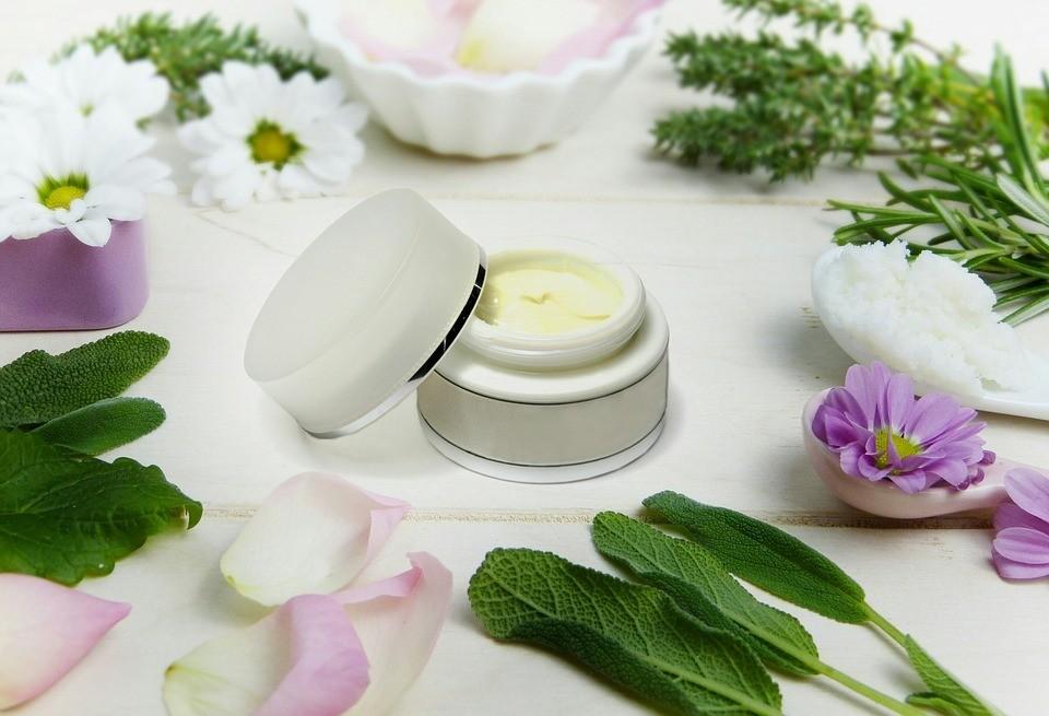 От морщин, высыпаний и отеков: применение масла ши для лица