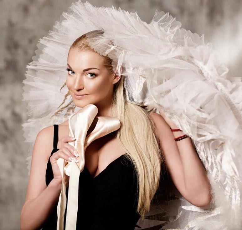 Дело втом, что знаменитостей связывают непростые взаимоотношения. Сначала блондинки дружили взахлеб, апотом резко стали заклятыми врагами. Позже Собчак рассказала, что балерина увела у...