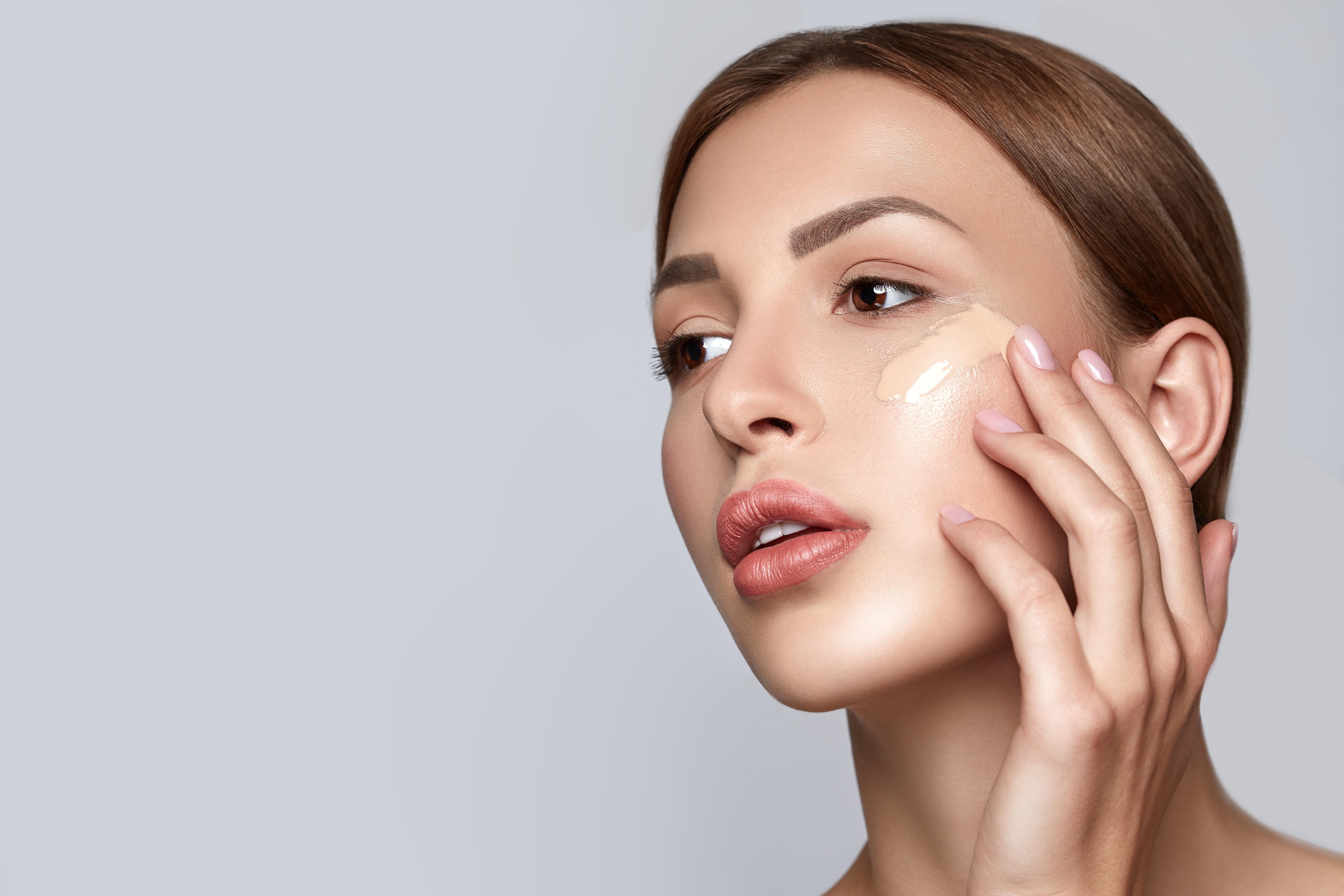 Не стоит выбирать кремы, в которых присутствуют сразу все витамины. Лучше понять, в каких кожа сейчас нуждается больше всего. Молекулы витаминов сами по себе очень большие, поэтому не про...