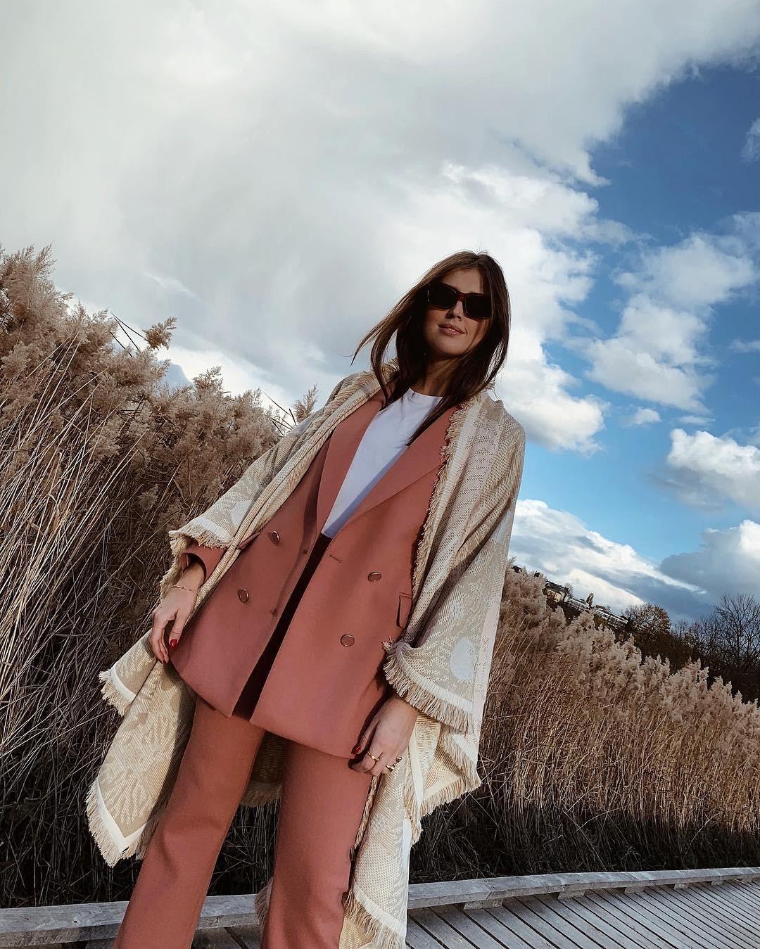 Многослойность мы любим не только холодной зимой, но и в теплое время года. Когда в пальто уже жарко, а без него еще холодно, легкое пончо из шерсти или кашемира — хорошая замена.   Ты мо...