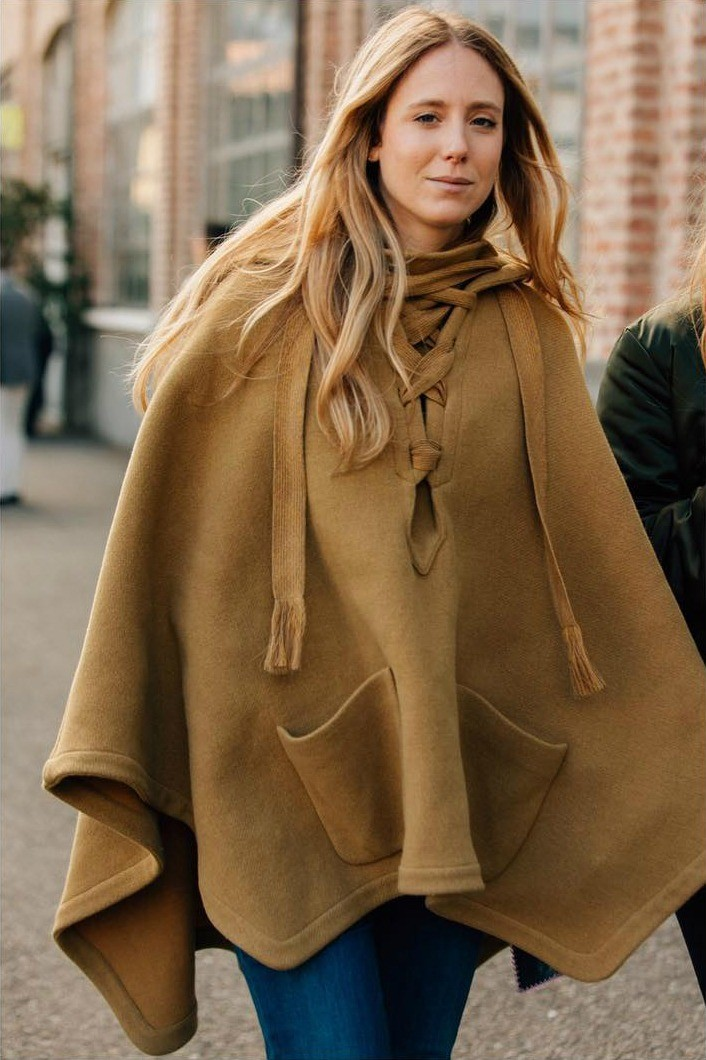 Классическое короткое пончо — отличный вариант верхней одежды на каждый день весной. Оно удобное, сочетается и с брюками, и с платьями.   Если хочешь сделать акцент на верхней части тела,...
