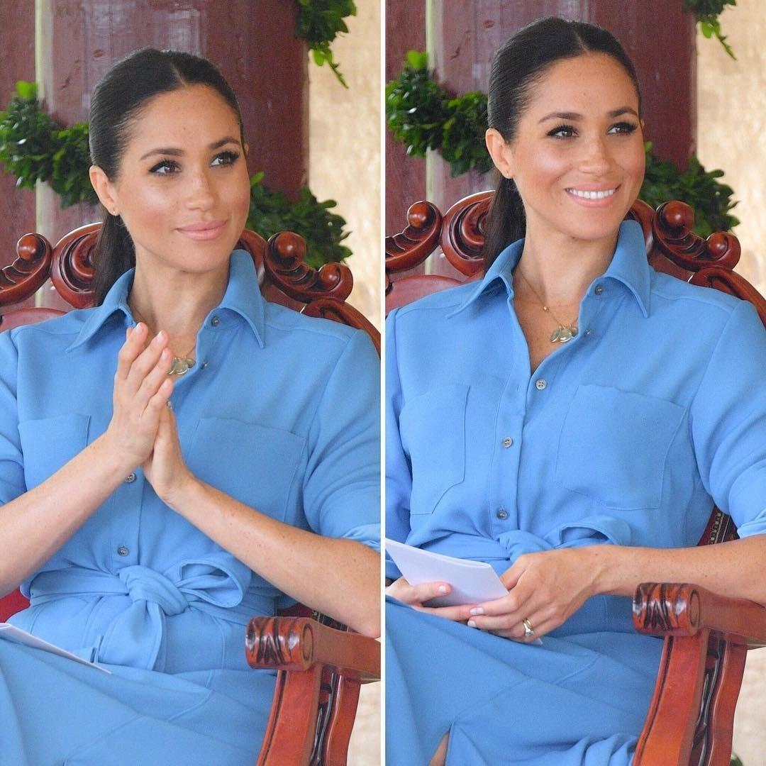 Во время визита на Тонга Меган Маркл надела прекрасное платье нежно-голубого оттенкаот дизайнера Veronica Beard. С помощью этого силуэта она подчеркнулаталию, которая была расположена ч...