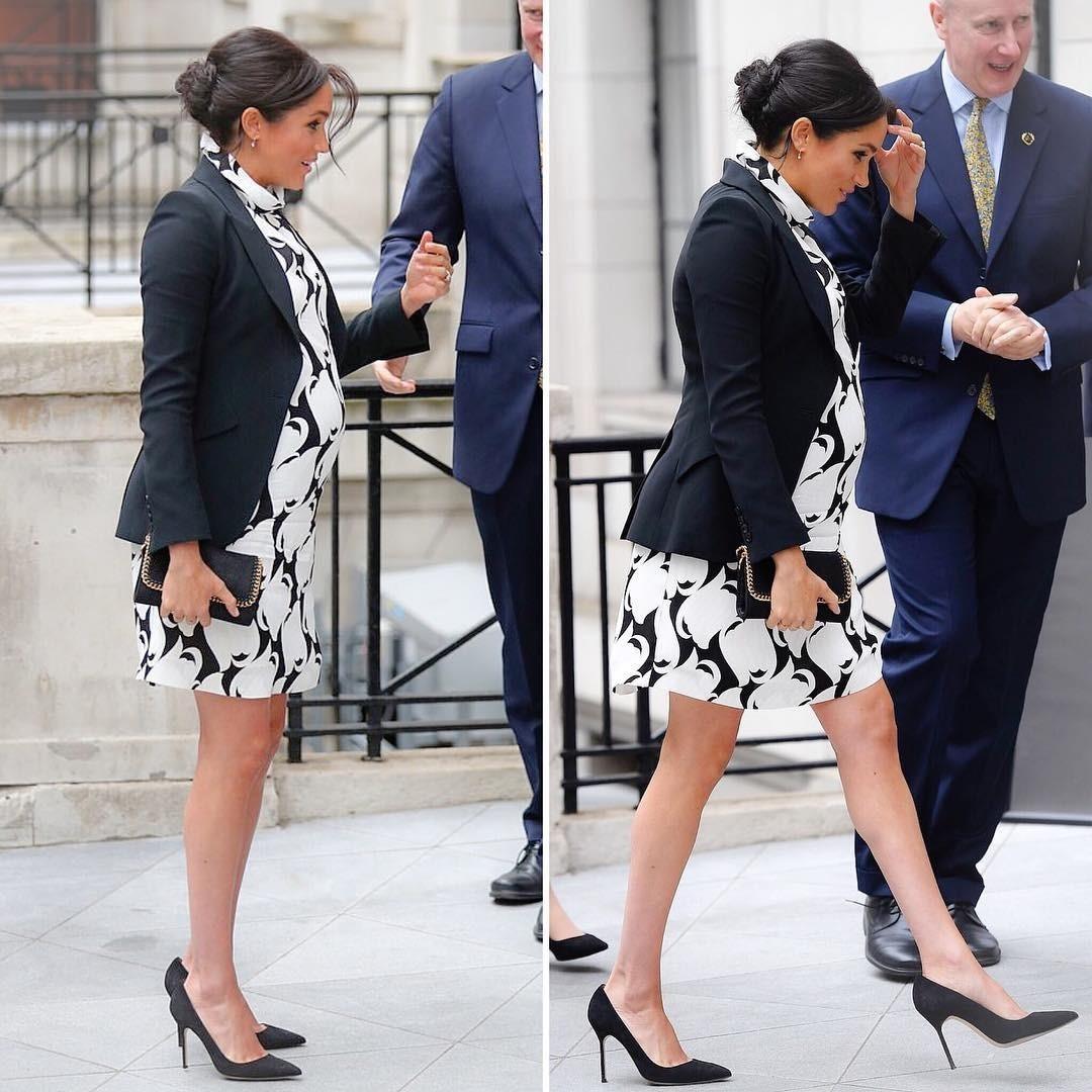 Для посещения королевского колледжа в Лондоне Маркл выбрала смелое платье длины мини, дополнив его строгим черным пиджаком.Этим выходов Меган еще раз доказала, что даже в положении вовсе...