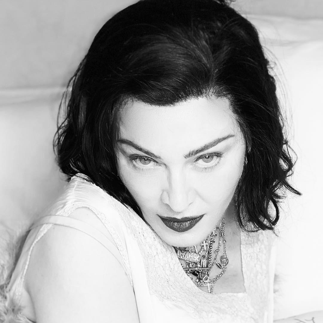С монохромного снимка, которым певица поделилась в соцсети, она смотрит на воображаемого собеседника исподлобья. Хищный взгляд идеально дополнили угольно-черные волосы, которые ярко контр...