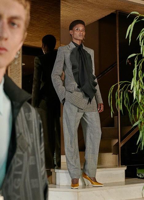 Носи платок в качестве галстука. Но, чтобы он не выглядел как элемент униформы, выбирай аксессуар большого размера. Посмотри, как гармонично это сделали Givenchy: платок превратился в воз...