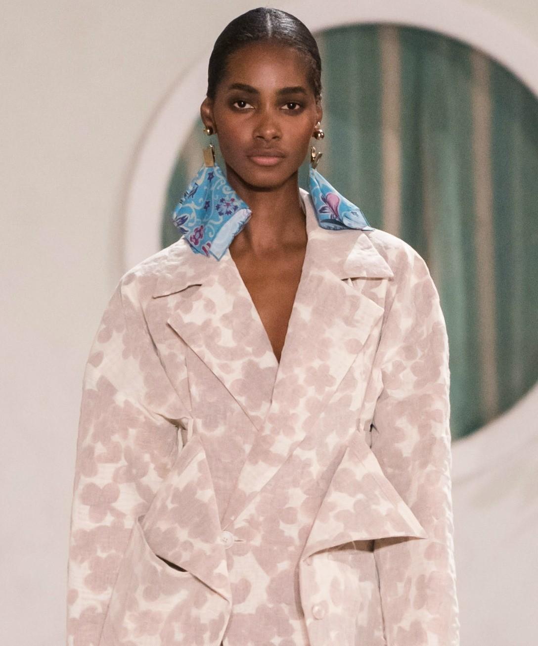 Еще платок можно крепить на серьги. Такую комбинацию мы видели в весенне-летних коллекциях 2019. Например, на показе бренда Jacquemus серьги на моделях представляли из себя миниатюрные пр...