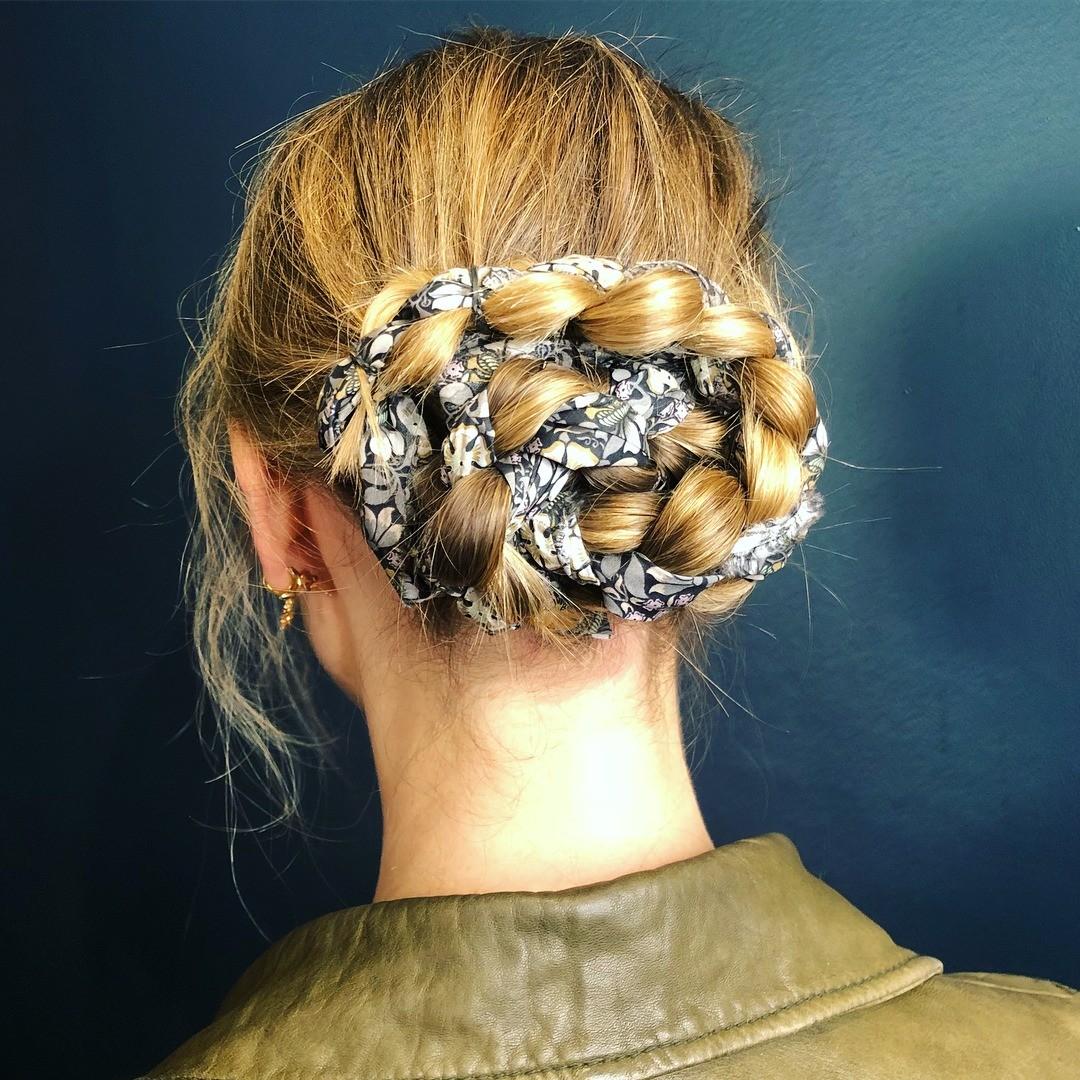 Платком можно не только покрывать голову, но и использовать его в качестве ленты или резинки для волос. Стилисты признали такие приемы трендом среди причесок в текущем сезоне. Вплетай пла...