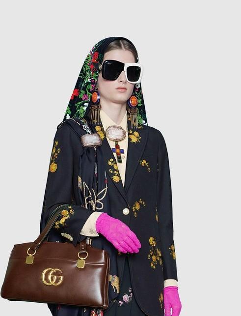 Один из самых популярных способов носить платок — повязать его на голову. В этом сезоне дизайнеры вдохновились романтичным образом Одри Хепберн — главным трендсеттером 50-60-х годов — в ф...