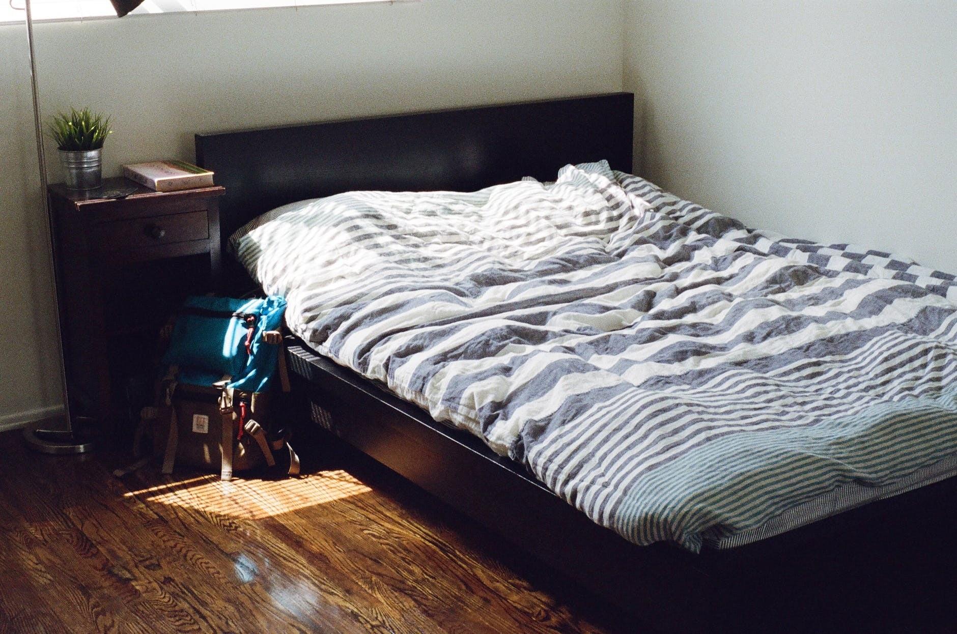Это очень бесит: как заправить одеяло в пододеяльник