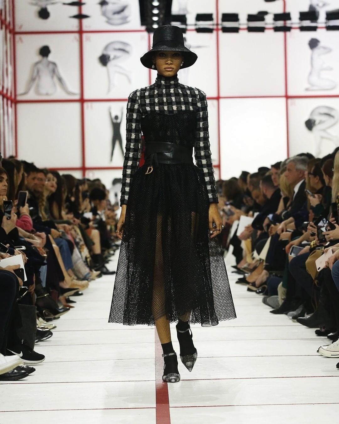 Мы часто можем видеть сочетание тюля  и вещей, в которых нет и ноты женственности. Особенно такие комбинации полюбила Мария Грация Кьюри, когда заняла пост креативного директора в Dior.