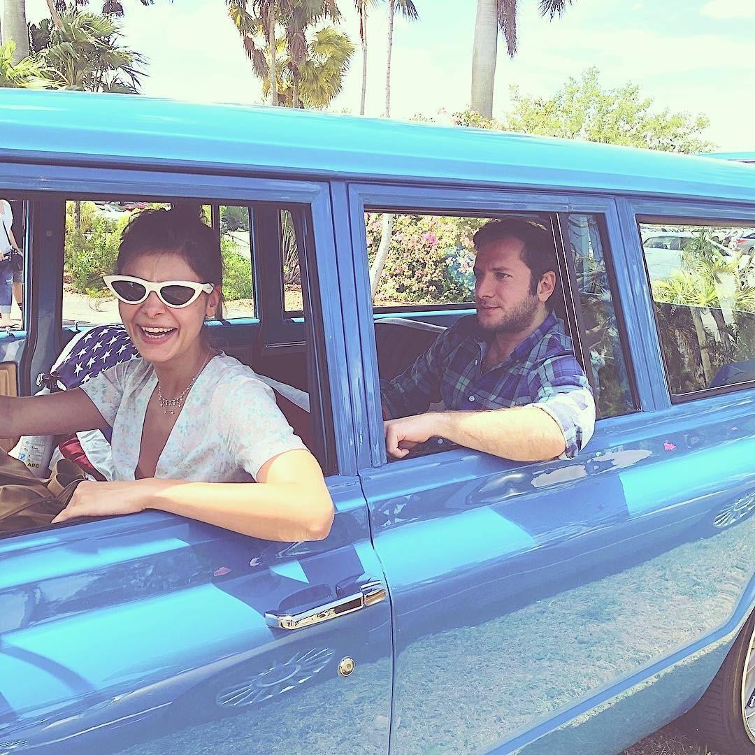 В Instagram-сторисРезо опубликовал два снимка с выставки ретро-автомобилей, которую он посетил вместе с Надеждой и Машей. На первом Оболенцева, сидя за рулем, исполняет роль «трезвого во...
