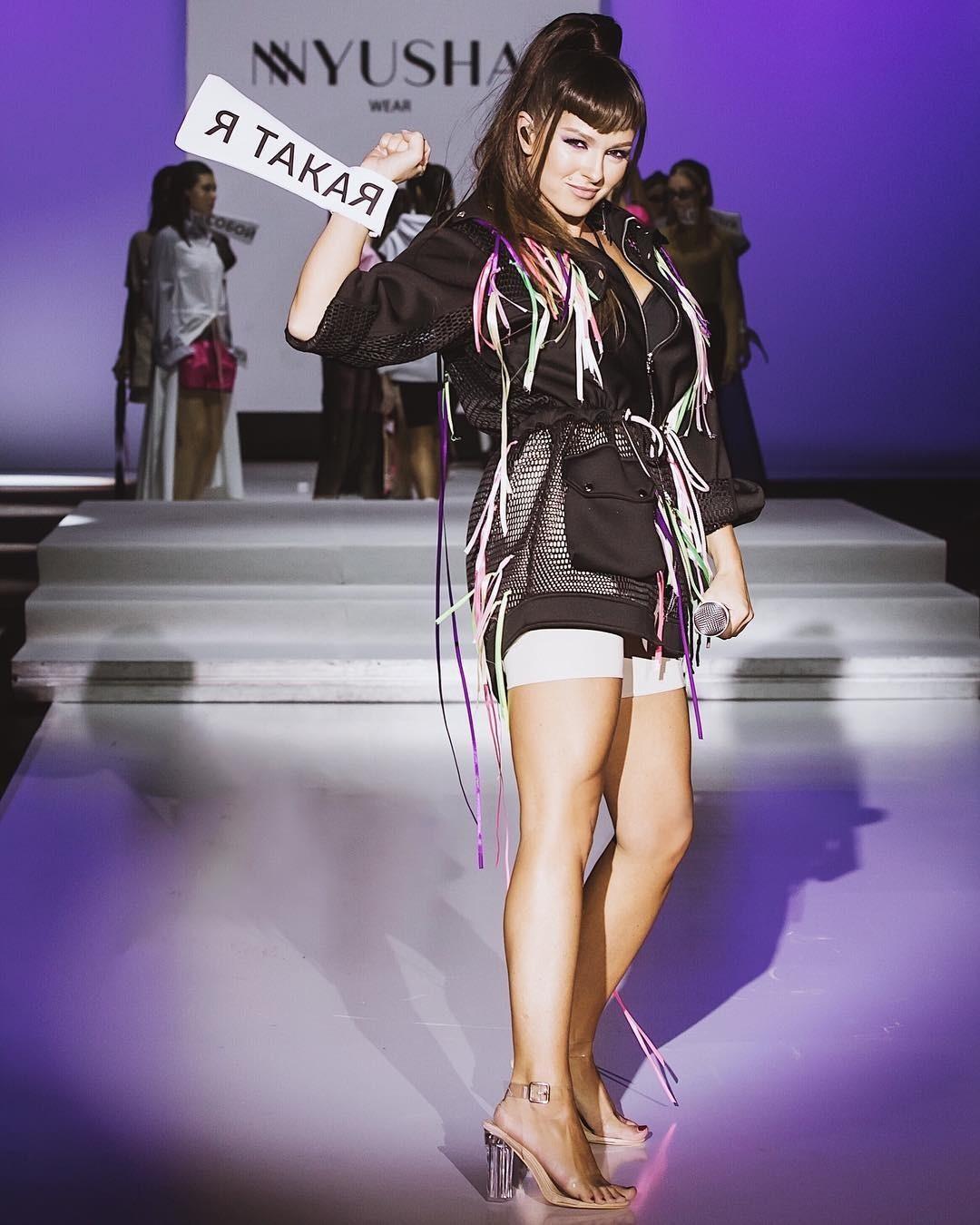 Недавно артистка нашла себе еще одной увлечение— устроила первый большой показ мод, гдевыступила в качествеодной из моделей.