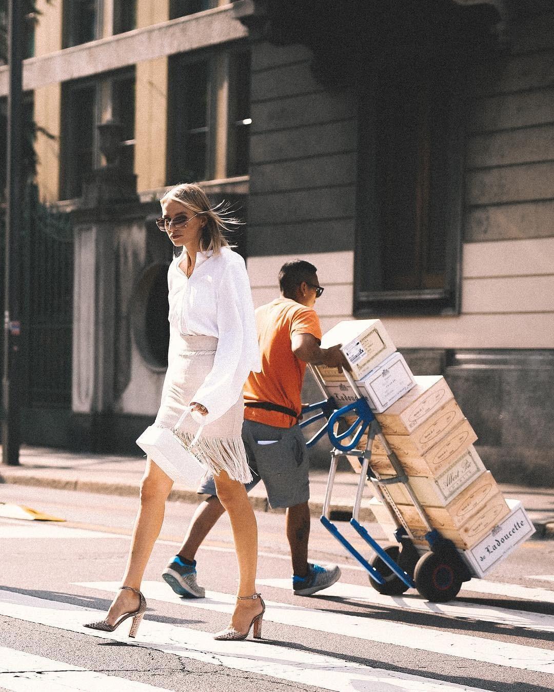 Базовый гардероб: с чем носить белую рубашку весной