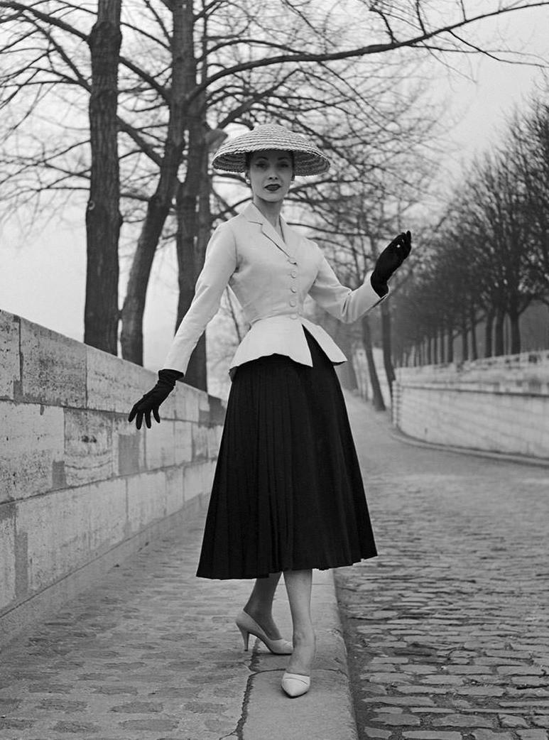 За один день Dior получил признание у женщин из высших слоев населения, а также лучшие ткани, фурнитуру и другие детали от производителей. Женственные силуэты были созданы с помощью корсе...