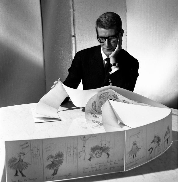 Будучи главным помощником Диора, 21-летний Ив Сен-Лоран продолжил дело кутюрье и встал во главу модного дома в 1958 году.