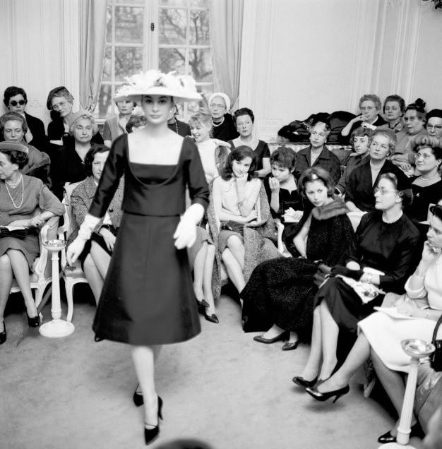 Также Сен-Лоран отодвинул тонкую талию на второй план и представил платья А-Силуэта.