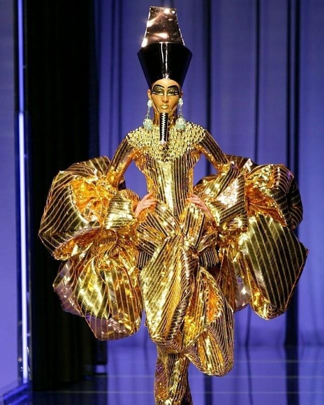 Например, легендарная коллекция сезона весна-лето 2004, посвященная облачениям египетских фараонов. Модели вышли на подиум в золотых платьях, с уреями на головах, характерным макияжем как...