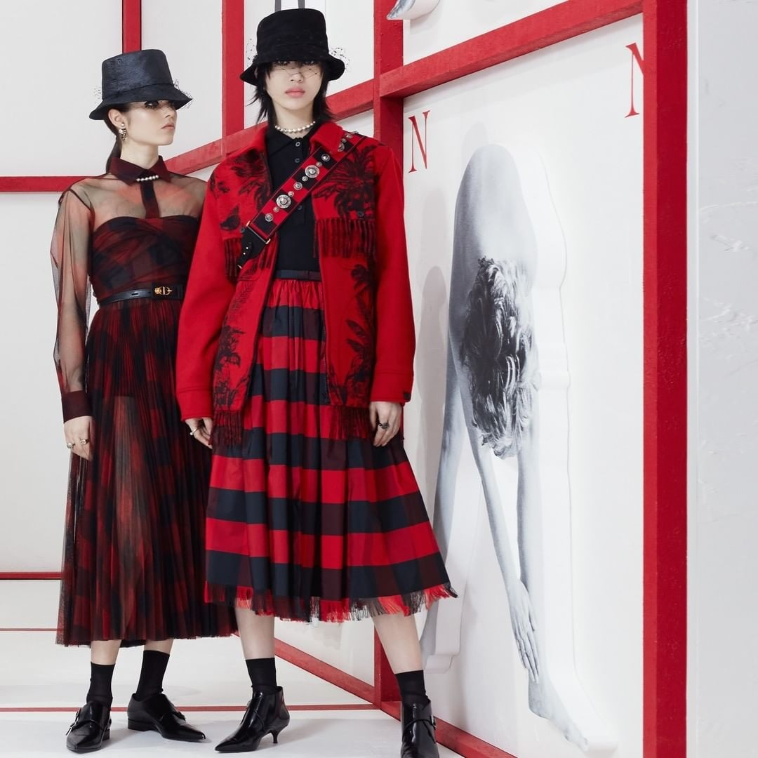 В последней коллекции сезона осень-зима 2019/2020 Кьюри включила лакированную кожу, панамы, много шотландской клетки и все это органично связала со знаковым для Dior кроем и юбками из тюл...