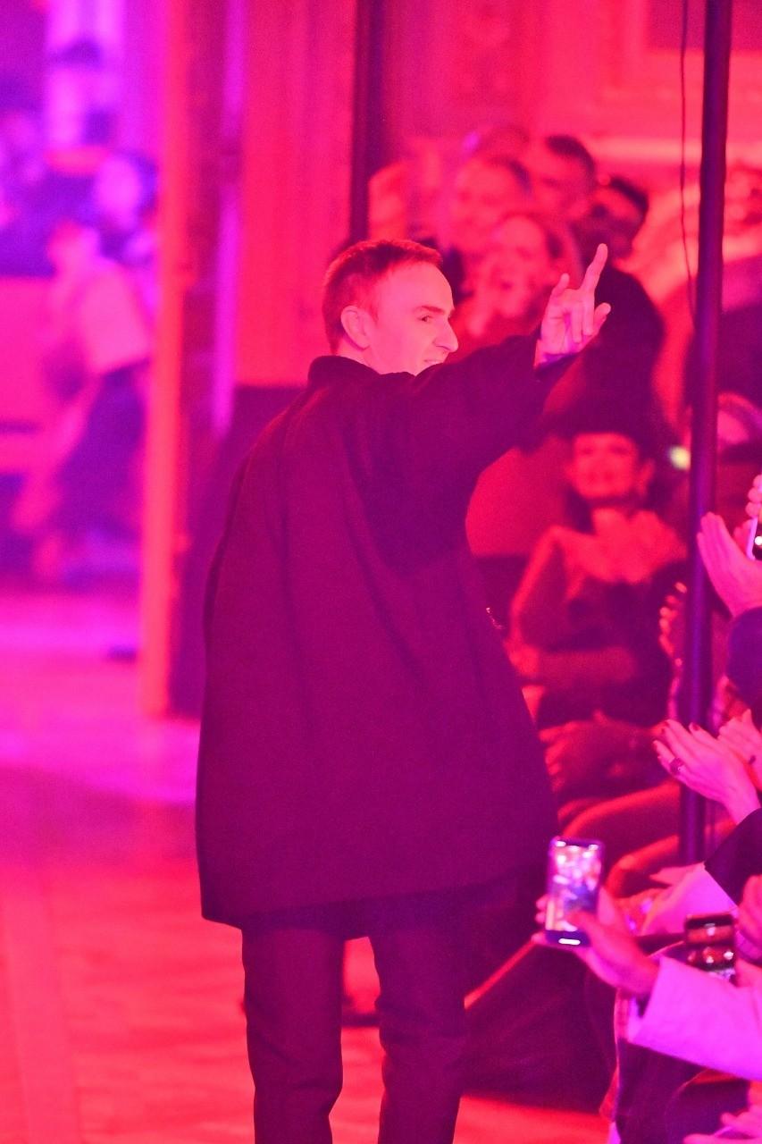 В 2012 году бразды правления в свои руки берет скромный бельгиец Раф Симонс. Он сбрасывает оковы гальяновской утрированной роскоши и приносит в Dior совершенно новую эстетику.   Его де...