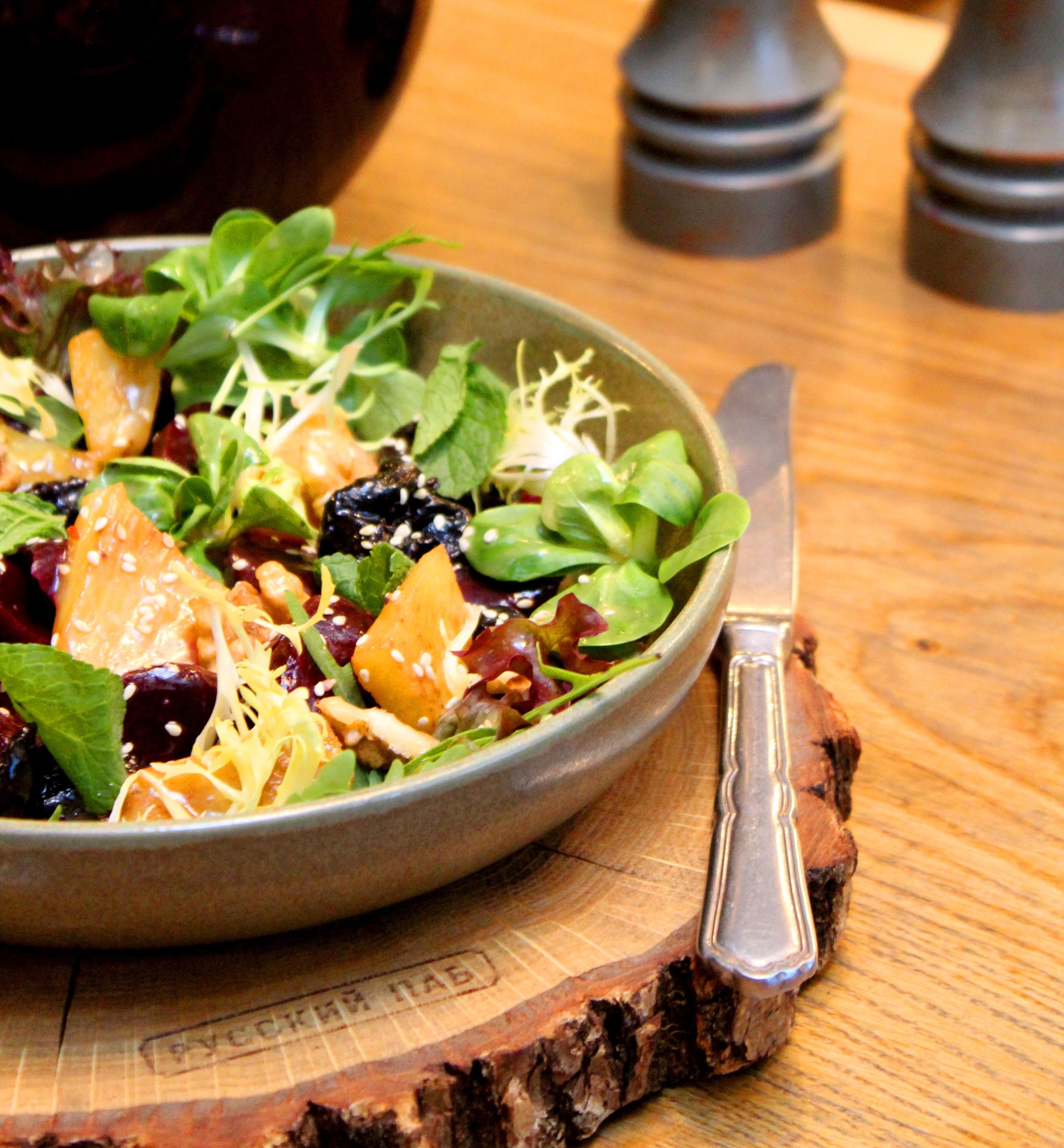 Рецепт от шефа: салат из свеклы с ананасом и черносливом