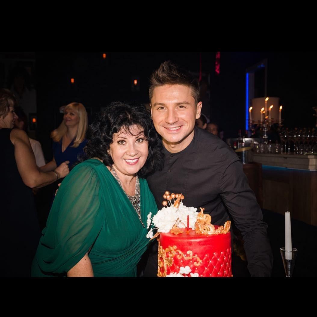 Певец с мамой Валентиной Викто&...