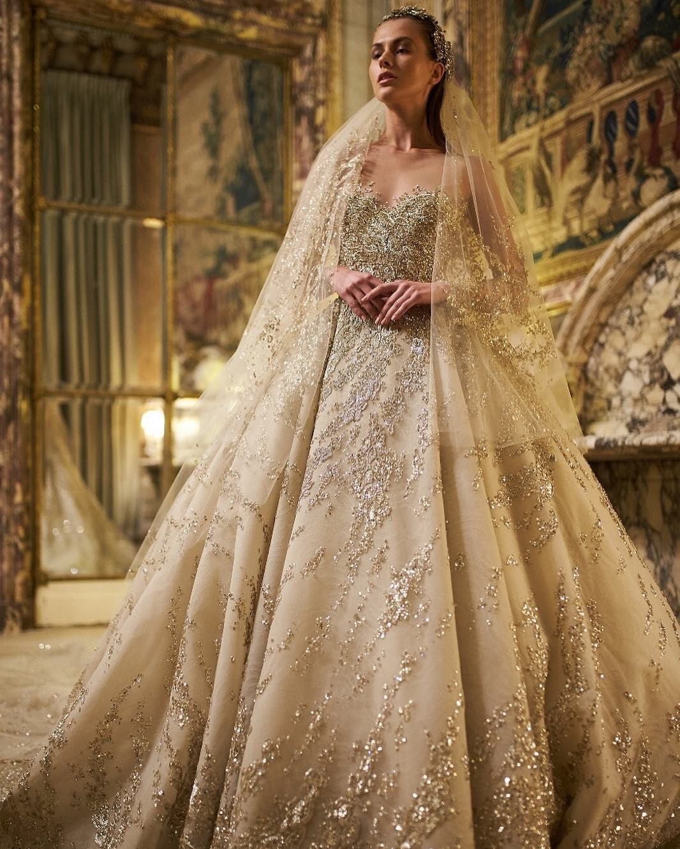 Платья в блестках, стразах, с метализированными нитями, или расшитые бусинами идеально подходят для вечерних свадеб под звездным небом. Свадебные стилисты советуют придерживаться минимали...