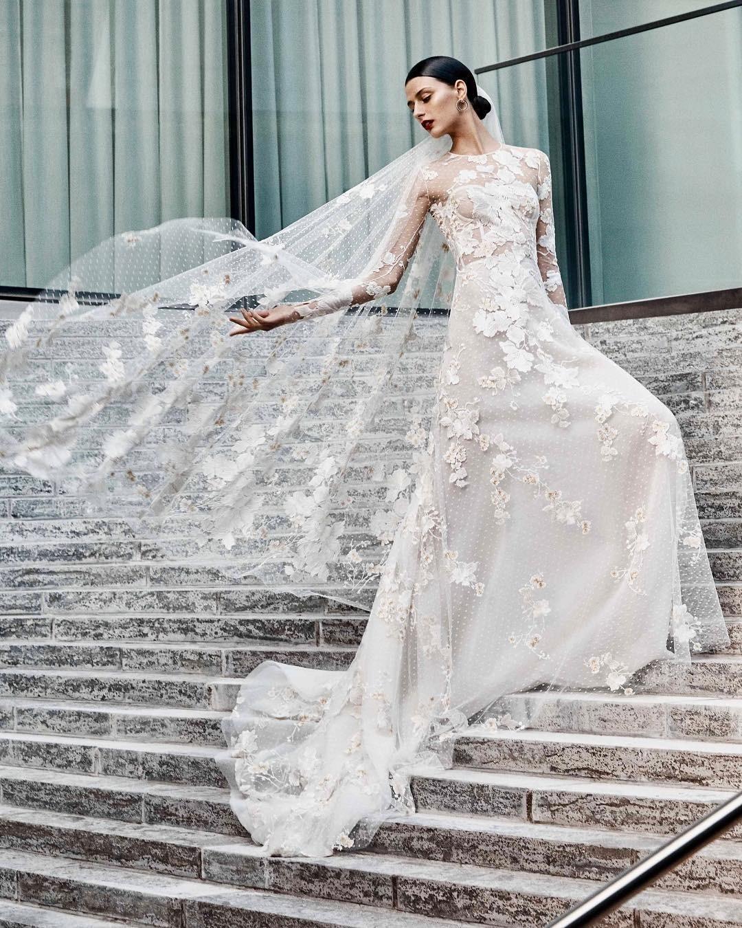 Динамичные 3D цветы — популярная текстурная деталь на платьях в последних дизайнерских коллекциях. Речь идет об аппликациях в виде цветов из кружева, тюля или шелка, каскадно или точечно...
