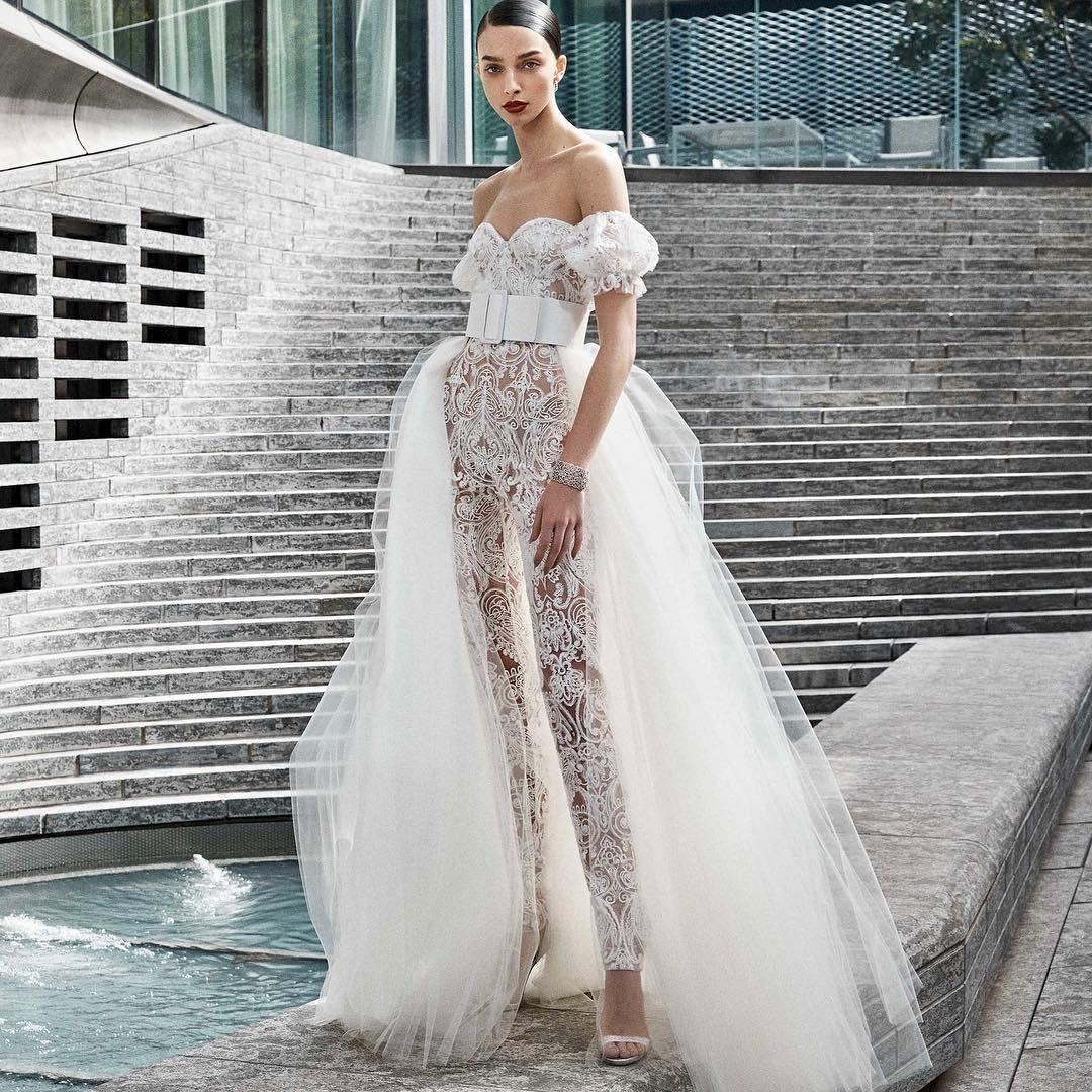 Если ты не планируешь пышную свадьбу или просто не очень комфортно чувствуешь себя в габаритных платьях, то твоим ансамблем для торжества может стать брючный костюм или комбинезон. Они уд...