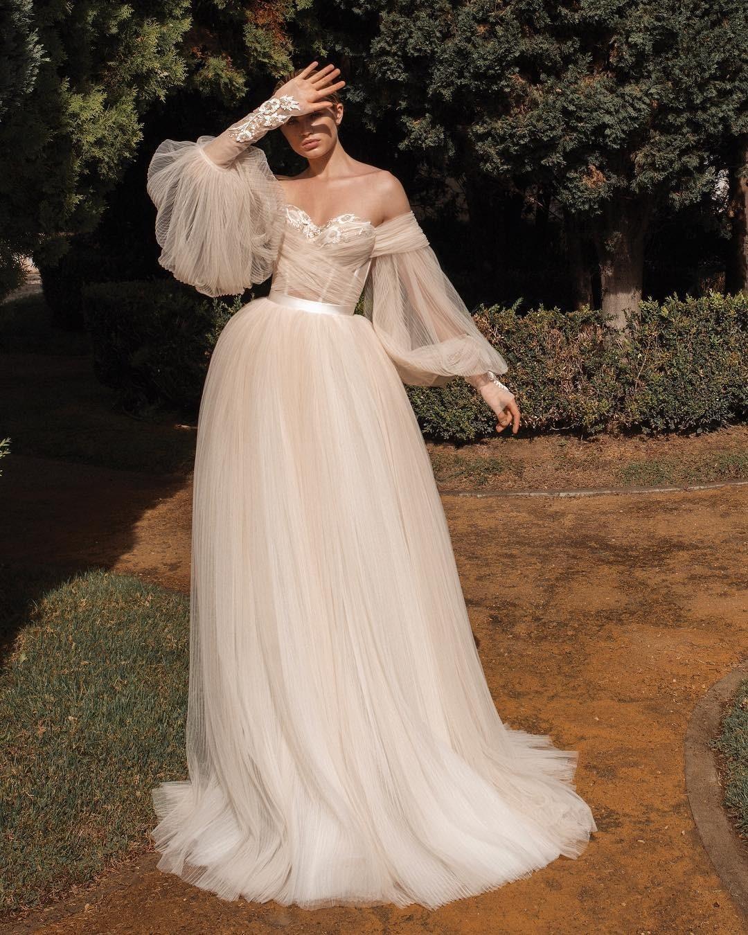 80-е проскользнули в свадебную моду в виде пышных рукавов. Но в отличие от «устаревших» вариаций новые их интерпретации стали более изящными, романтичными и современными (особенно в сочет...