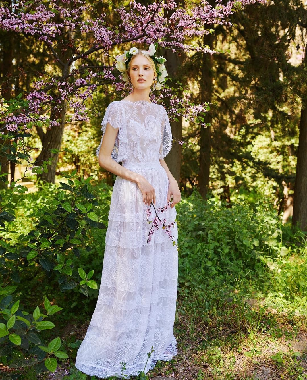 Для свадьбы на природе жарким летом подойдет непринужденное платье в утонченном богемном стиле, вдохновленное фестивальной модой. Драпировка, оборки, «викторианские» воротники и манжеты —...