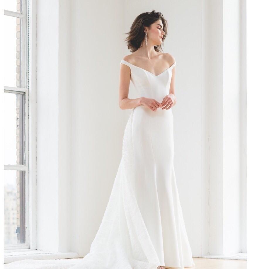 Еще один тренд свадебной моды — лаконичные платья и комбинезоны без вышивок, драпировок и многослойных юбок.