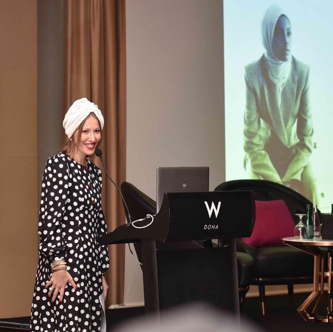 Для выступления перед женской аудиторией вДохе Собчак надела чалму, отдав тем самым дань исламских традициям.