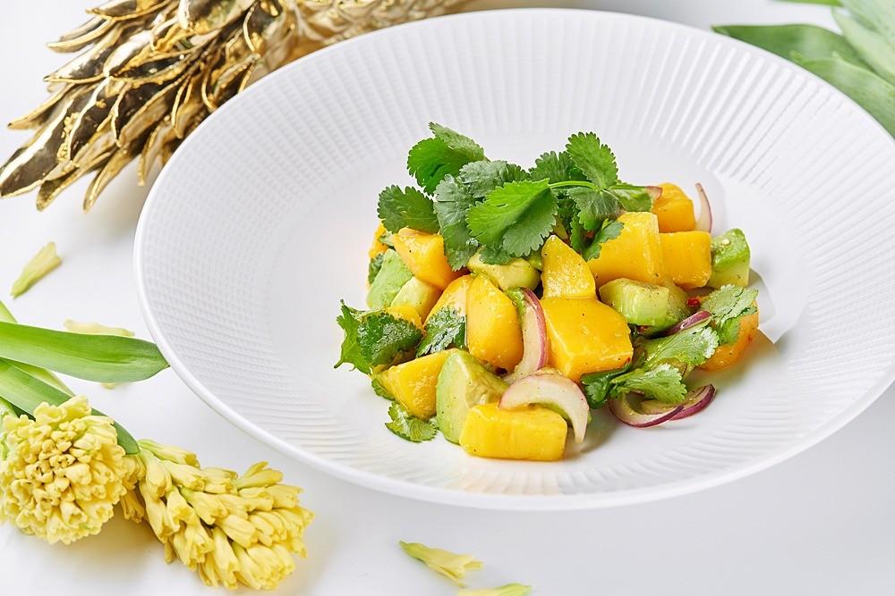 Рецепт от шефа: салат с авокадо и манго