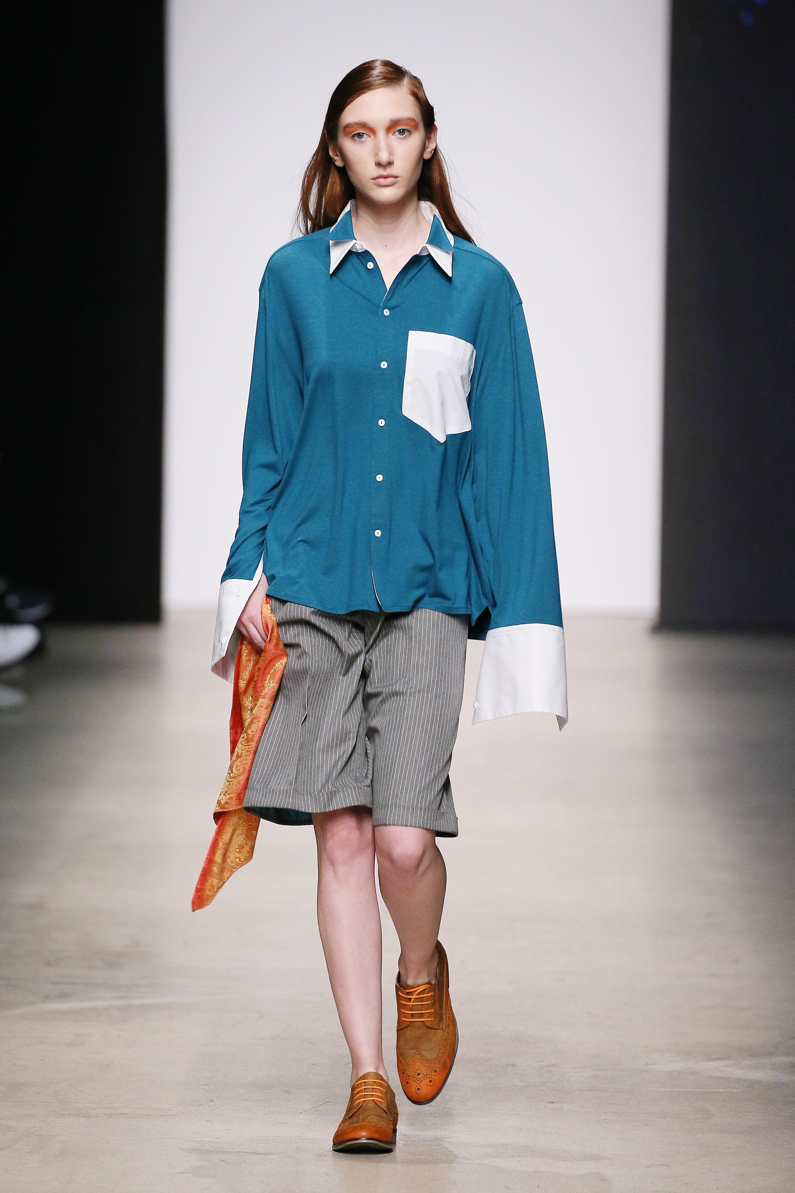 Первый день Mercedes-Benz Fashion Week открывал показ британского бренда Harriet Eccleston. Основную часть коллекции составляли рубашки с утрированно длинными рукавами и контрастными накл...