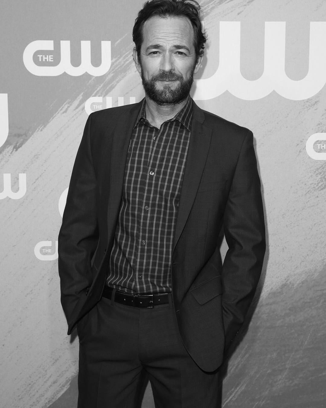 Люк Перри, звезда сериалов «Беверли-Хиллз 90210» и «Ривердэйл», умер от инсульта