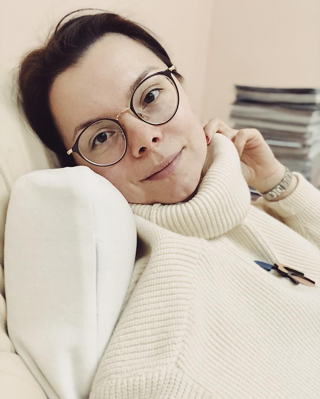 Брухунова рассказала, что насвоем опыте знает, что такое проблемы скожей. Раньше Татьяна скрывала недостатки спомощью декоративной косметики, но встреча сграмотным косметологом измени...
