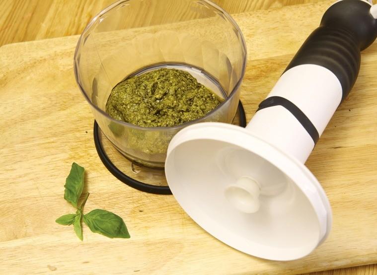 Для соуса песто: все соединить и измельчить при помощи блендера. Кармашки подавать с соусом.