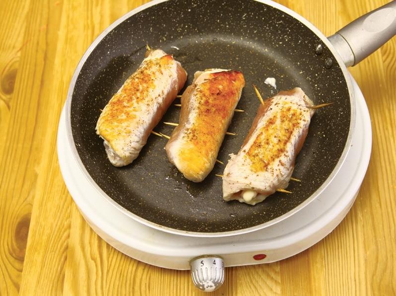 Обжарить на сухой сковородедо появления золотистой корочки.