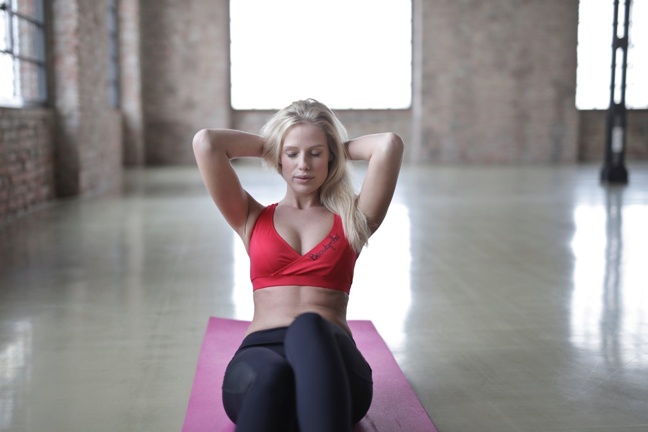 Качай правильно: 5 упражнений для супер-пресса и советы фитнес-тренера