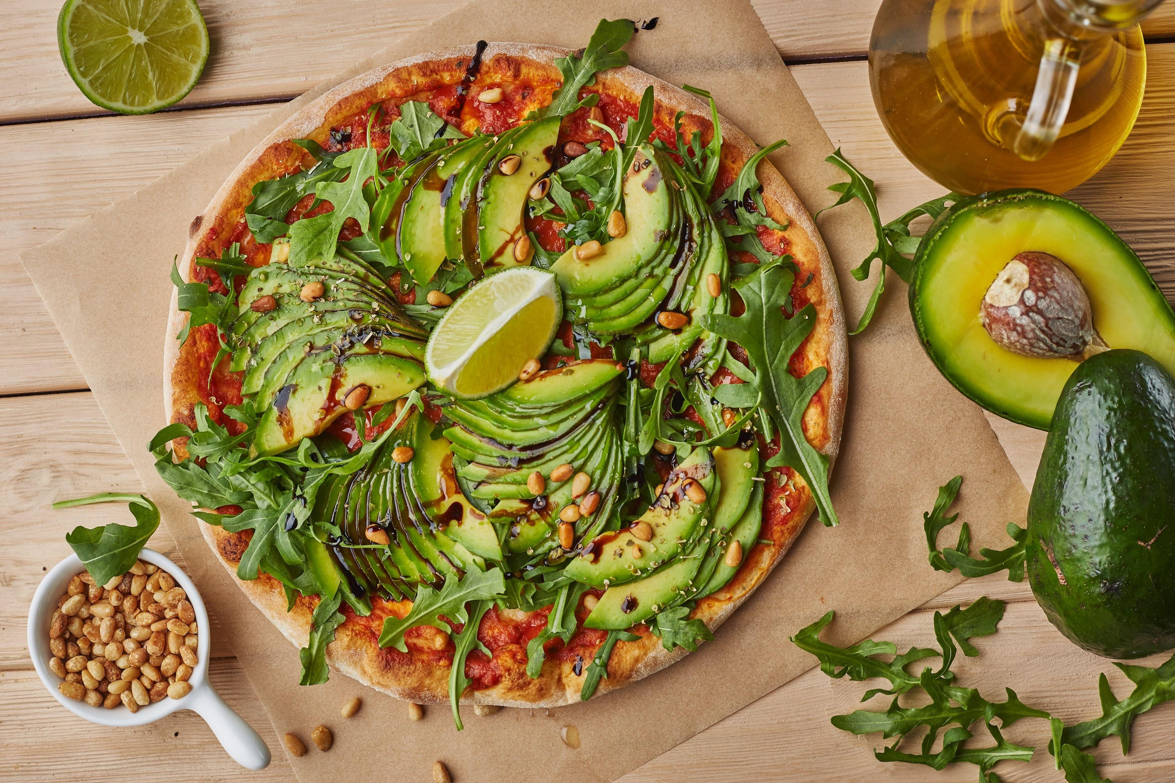 Рецепт от шефа: пицца верде с авокадо и рукколой