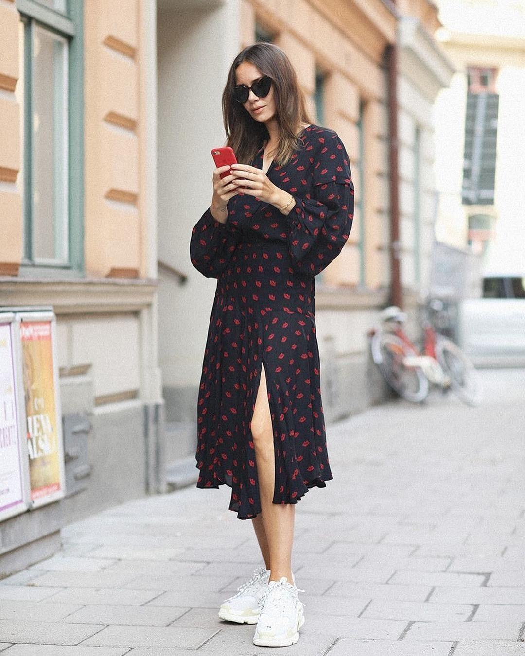 В повседневном образе можно позволить себе намного больше. Платье-рубашку, джинсовые, трикотажные, шелковые платья можно сочетать с самыми разнообразными моделями кроссовок: будь то пара...