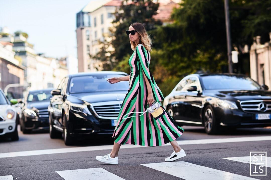 Удачная комбинация: как стильно сочетать платье и кроссовки