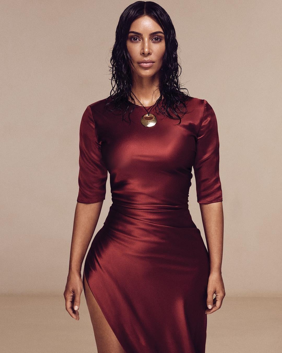 Ким Кардашьян стала лицом новой обложки американского Vogue (одна, без сестер)