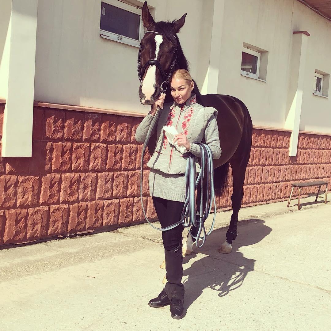 Анастасия Волочкова показала шпагат верхом наконе