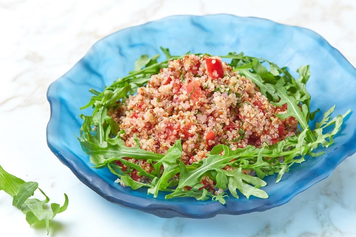 Рецепт от шефа: салат с киноа и рукколой